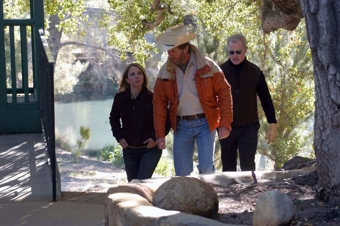 Kevin McDaniel (Robert Peters, M.) bringt Natalie (Kelli Williams) und Connor (Neal McDonough) zu seinem Sohn, der unter einer mysteriösen Krankhei... - Bildquelle: CBS Television