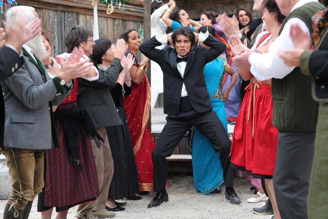 Als das bunte Bollywood-Team mit seinem Star Amit (Omar El-Saeidi, M.) in das kleine Bergdorf kommt, prallen sogleich zwei Kulturen aufeinander, die... - Bildquelle: Andrea Mayer-Rinner SAT. 1