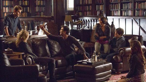 Die Clique aus Mystic Falls feiert, dass Katherine im Sterben liegt.