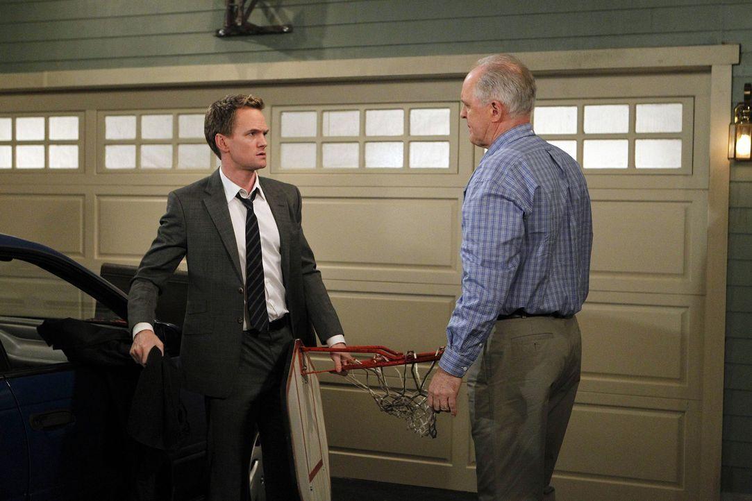 Treffen endlich aufeinander: Barney (Neil Patrick Harris, l.) und sein Vater Jerry (John Lithgow, r.) ... - Bildquelle: 20th Century Fox International Television