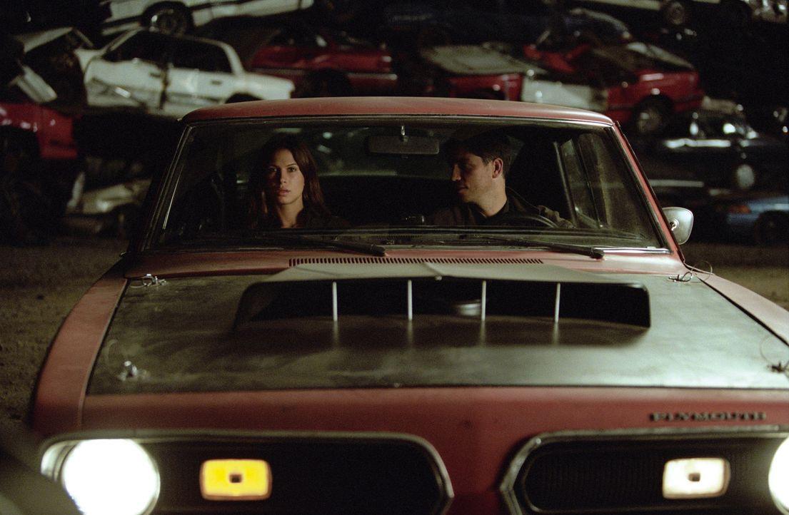 Mit Mollys (Rhona Mitra, l.) Hilfe möchte Renny (James Caviezel, r.) den Mörder seiner Frau endlich ausschalten, doch dazu muss er sie in Lebensge... - Bildquelle: Warner Bros.