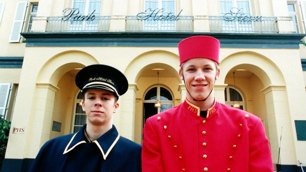 Park Hotel Stern - Wagenmeister Max (Sasha Krasnobajew, l.) und Page Nils (Ni...