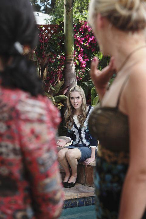 Jules (Courteney Cox, l.) erfährt, dass ihr Sohn plant, mit seiner neuen Freundin Kylie (Spencer Locke, M.) zu schlafen. Völlig entsetzt hofft sie... - Bildquelle: 2009 ABC INC.