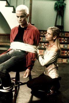 Buffy - Buffy (Sarah Michelle Gellar, r.) hat Spike (James Marsters, l.) unsc...