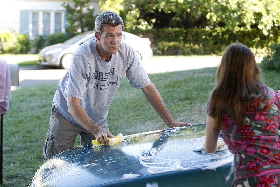 Weil Mike (Neil Flynn, l.) unbeabsichtigt verrät, dass Axl sein Lieblingskind ist, plant Sue (Eden Sher, r.) zahlreiche Aktivitäten, die sie und ihr... - Bildquelle: Warner Brothers
