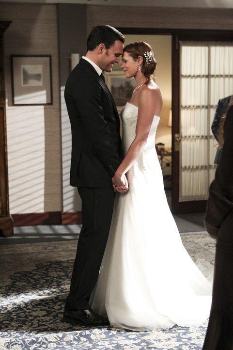 Gehen den Bund der Ehe ein: Wayne (Owain Yeoman, l.) und Grace (Amanda Righetti, r.) ... - Bildquelle: Warner Bros. Television