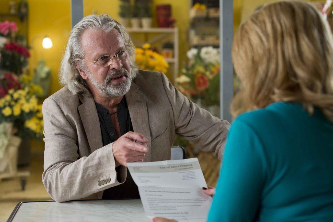Günter Lobinger (Peter Sattmann, l.) verschenkt gerne Geld an wildfremde Menschen. Und das nicht zu knapp. Da seine Sohn das verhindern möchte, su... - Bildquelle: Frank Dicks SAT.1