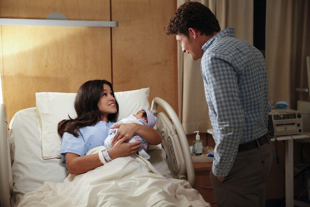 Haben Michael (Brett Dier, r.) und Jane (Gina Rodriguez, l.) eine Chance auf eine gemeinsame Zukunft? - Bildquelle: 2014 The CW Network, LLC. All rights reserved.