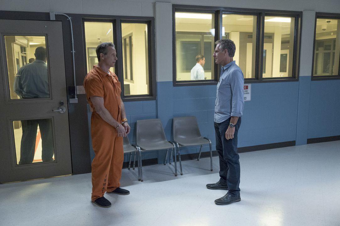 Special Agent Pride (Scott Bakula, r.) erfährt, dass der Kriminelle Douglas Hamilton (Steven Weber, l.) schon bald einen Deal abschließen wird, um a... - Bildquelle: Sam Lothridge 2017 CBS Broadcasting, Inc. All Rights Reserved