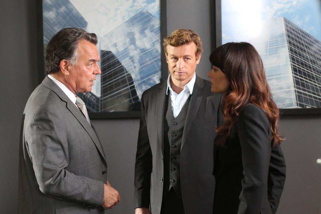 Patrick (Simon Baker, M.) und Teresa (Robin Tunney, r.) ermitteln in einem neuen Fall und stoßen dabei auf Dennis Victor (Ray Wise, l.). Doch hat er... - Bildquelle: Warner Bros. Television