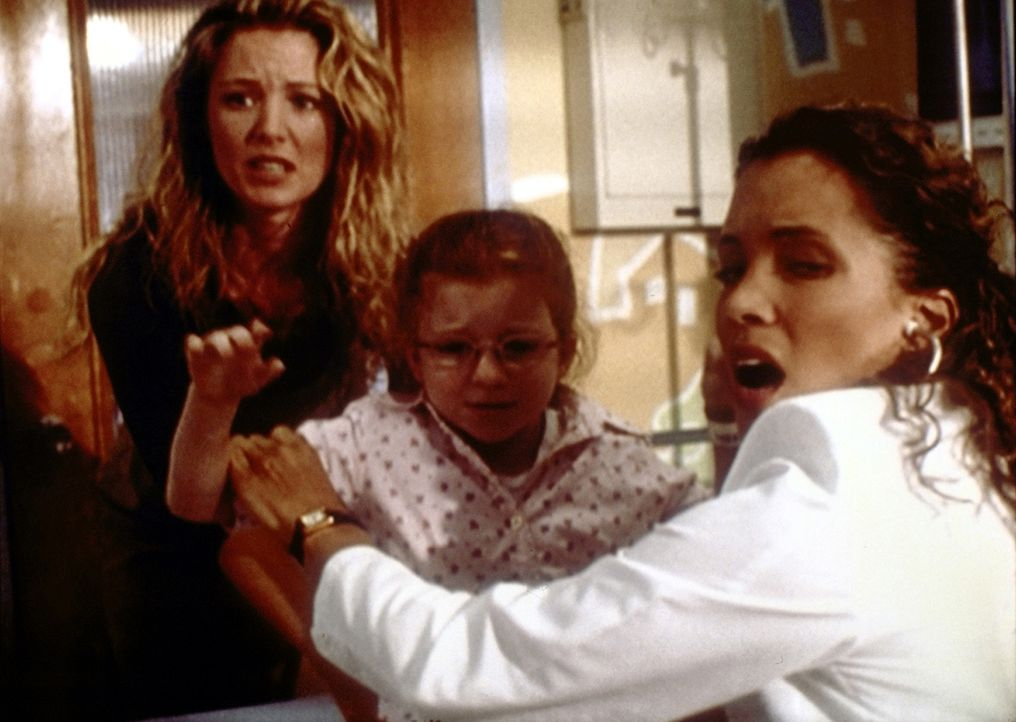 Selbst die erfahrene Cleo (Michael Michele, r.) schafft es nicht, die ungezogene Robin (Jessica Sara, M.) zu bändigen. - Bildquelle: TM+  2000 WARNER BROS.