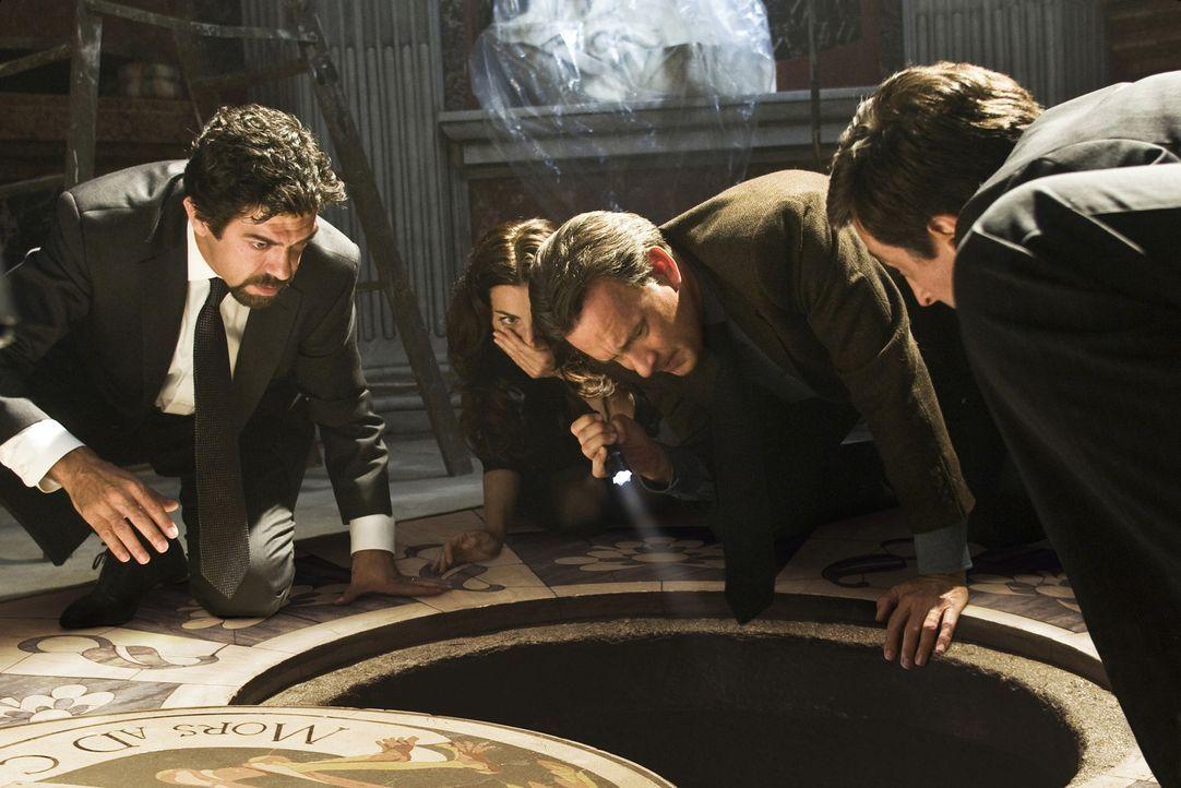 Entdecken einen Geheimgang: (v.l.n.r.) Inspector Olivetti (Pierfrancesco Favino), Vittoria Vetra (Ayelet Zurer) und Robert Langdon (Tom Hanks) ... - Bildquelle: 2009 Columbia Pictures Industries, Inc. All Rights Reserved.