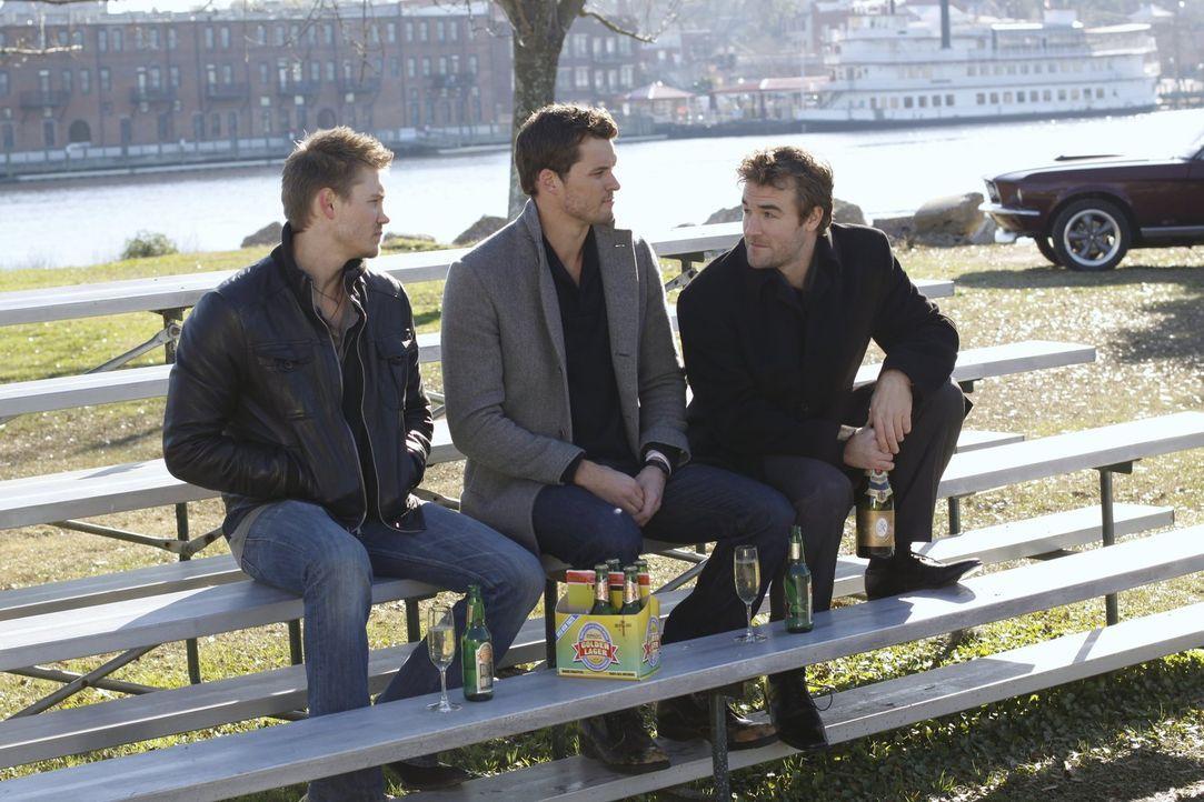 Das Projekt ist geplatzt, was Lucas (Chad Michael Murray, l.) und Julian (Austin Nichols, M.) schwer enttäuscht, auch weil ihnen eine Menge Geld dur... - Bildquelle: Warner Bros. Pictures