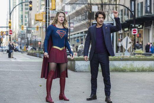 Als der unbekannte Mr. Mxyzptlk (Peter Gadiot, r.) Supergirl (Melissa Benoist...