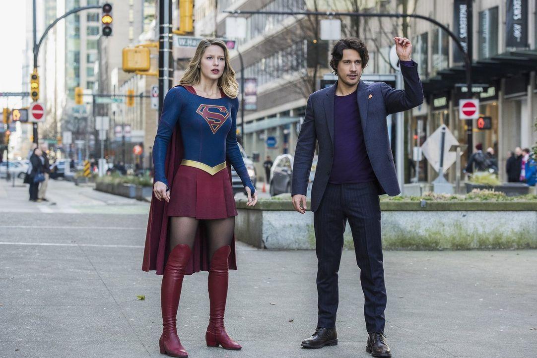 Als der unbekannte Mr. Mxyzptlk (Peter Gadiot, r.) Supergirl (Melissa Benoist, l.) seine Liebe gesteht, ahnt sie noch nicht, wie gefährlich er wirkl... - Bildquelle: 2016 Warner Brothers