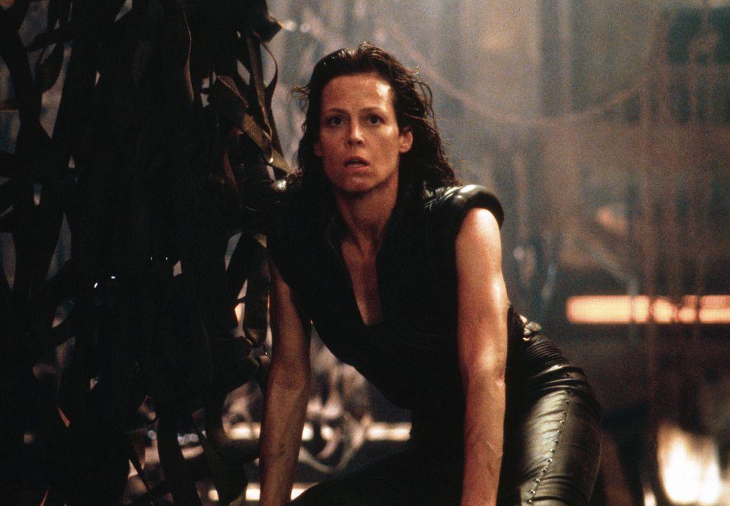 Als Ellen Ripley (Sigourney Weaver) unerwarteter Weise die Tests überlebt, muss sie sich entscheiden, zu welcher Spezies sie sich selbst zählt .. - Bildquelle: 1997 Twentieth Century Fox Film Corporation. All rights reserved