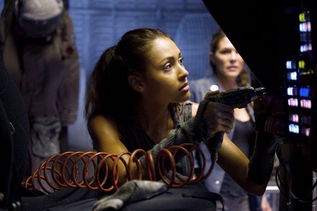 Nachdem es keine Vitalzeichen mehr von ihrer Tochter gibt, spornt Abigail (Paige Turco, r.) Raven (Lindsey Morgan, l.) zur Eile an. Doch das ist nic... - Bildquelle: Warner Brothers