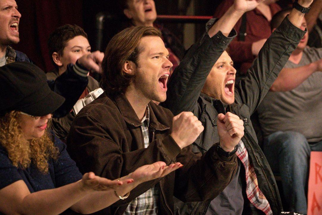 Als Sam (Jared Padalecki, l.) und Dean (Jensen Ackles, r.) die Todesanzeige eines Wrestlers entdecken, den sie als Kinder öfter gesehen haben, entsc... - Bildquelle: 2014 Warner Brothers