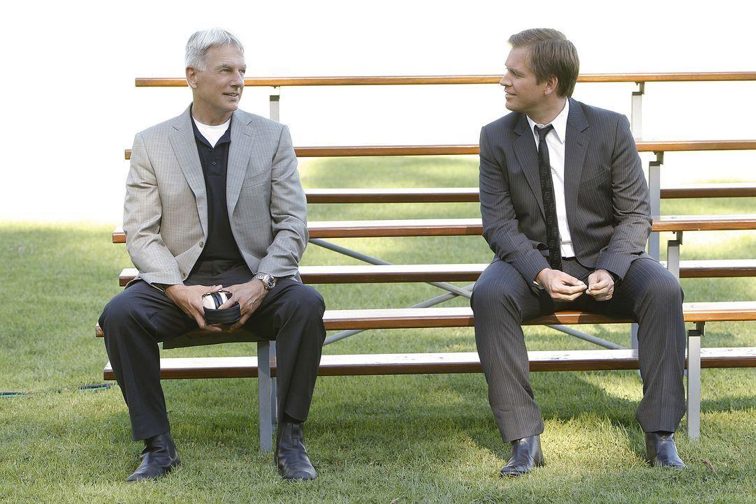 Nach alldem was geschehen ist, macht sich Gibbs (Mark Harmon, l.) Sorgen um Tony (Michael Weatherly, r.) ... - Bildquelle: CBS Television