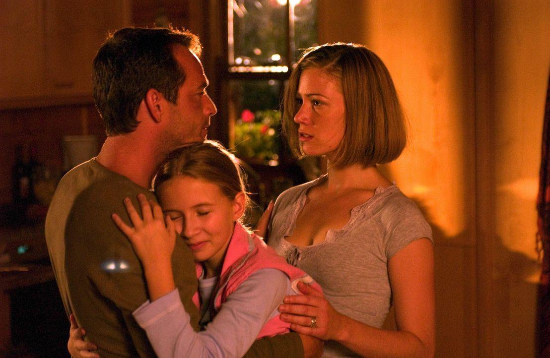 Noch ahnt Familie Richardson nicht, dass der Alptraum ihres Lebens längst begonnen hat: (v.l.n.r.) Chris (Luke Perry), Haley (Eliza Bennett) und Br... - Bildquelle: Hallmark Entertainment
