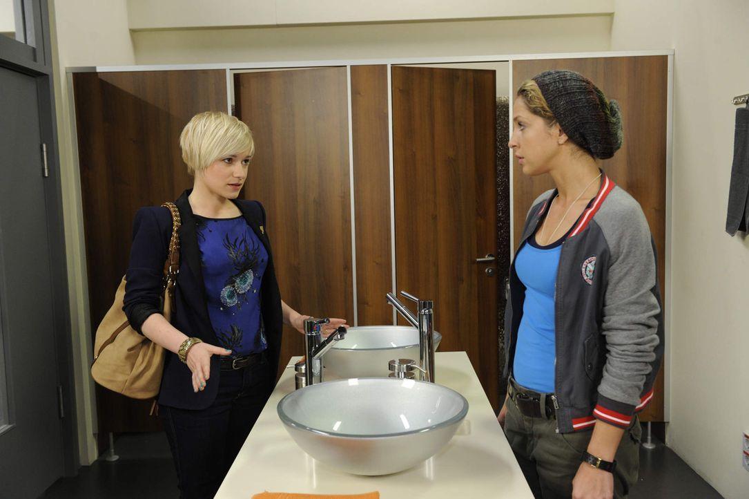 Anna hat Nina (Maria Wedig, r.) einen Job im Stofflager von Lanford beschafft. Nun muss sich Nina wohl oder übel mit dem Gedanken anfreunden, neben... - Bildquelle: SAT.1