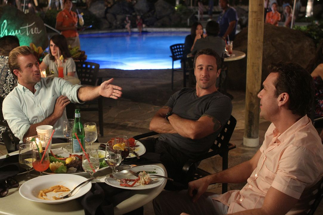 Noch ahnen Steve (Alex O'Loughlin, M.) und Danny (Scott Caan, l.) nicht, dass Matt (Dane Cook, r.) wegen mutmaßlichen Finanzbetrugs vom FBI beschatt... - Bildquelle: 2011 CBS BROADCASTING INC.  All Rights Reserved.