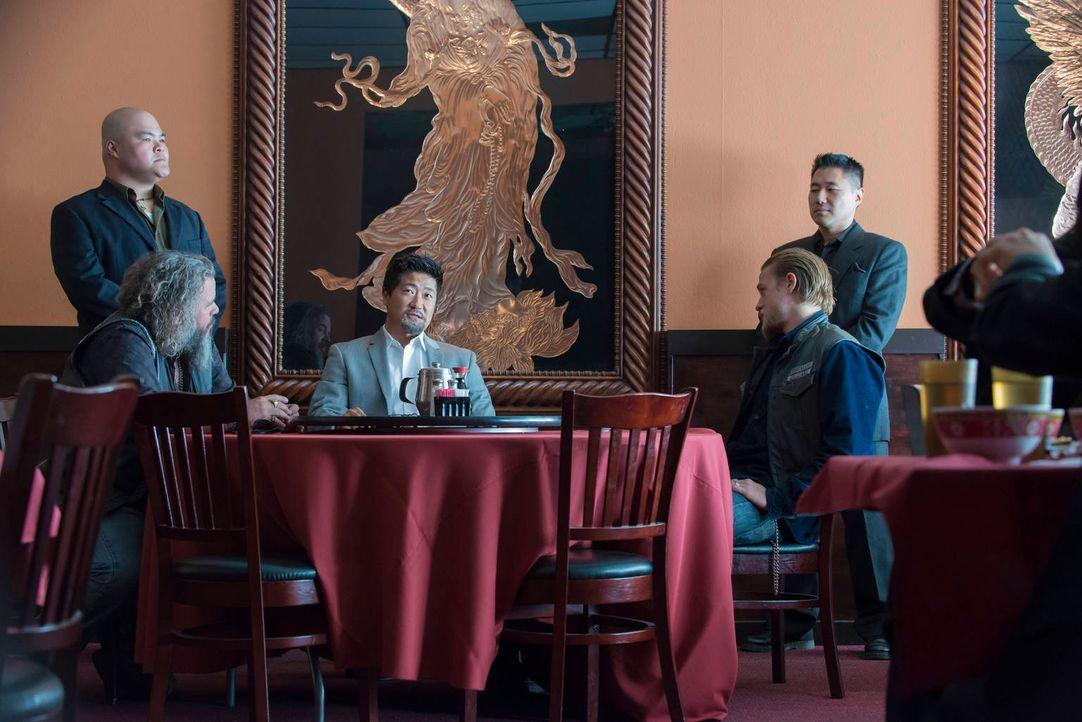 Schwere Verhandlungen: Bobby (Mark Boone Junior, l.), Lin (Kenneth Choi, M.) und Jax (Charlie Hunnam, r.) ... - Bildquelle: 2012 Twentieth Century Fox Film Corporation and Bluebush Productions, LLC. All rights reserved.