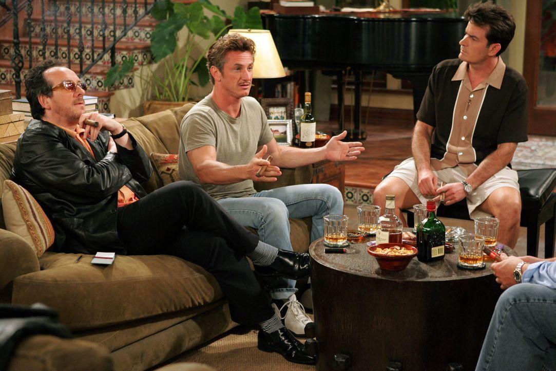 Wahre Männer: Charlie (Charlie Sheen, r.) Elvis Costello (Elvis Costello, l.) und Sean Penn (Sean Penn, M.) ... - Bildquelle: Warner Bros. Television