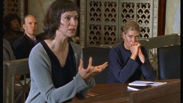 Die Forscherin und Zeitreisende Dr. Theresa Givens (Amanda Plummer, vorne l.)...