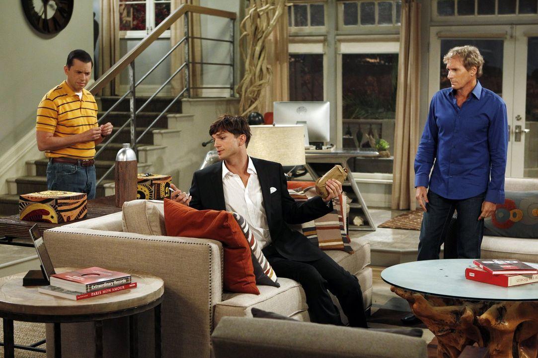 Nachdem der Heiratsantrag für Walden (Ashton Kutcher, M.) nach hinten losgegangen ist, machen sich Alan (Jon Cryer, l.) und Michael Bolton (Michael... - Bildquelle: Warner Bros. Television