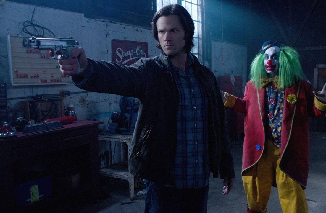 Bei ihrem neuen Fall bekommen es Dean und Sam (Jared Padalecki, l.) mit Clowns (Elias Arjan, r.) zu tun ... - Bildquelle: Warner Bros. Television