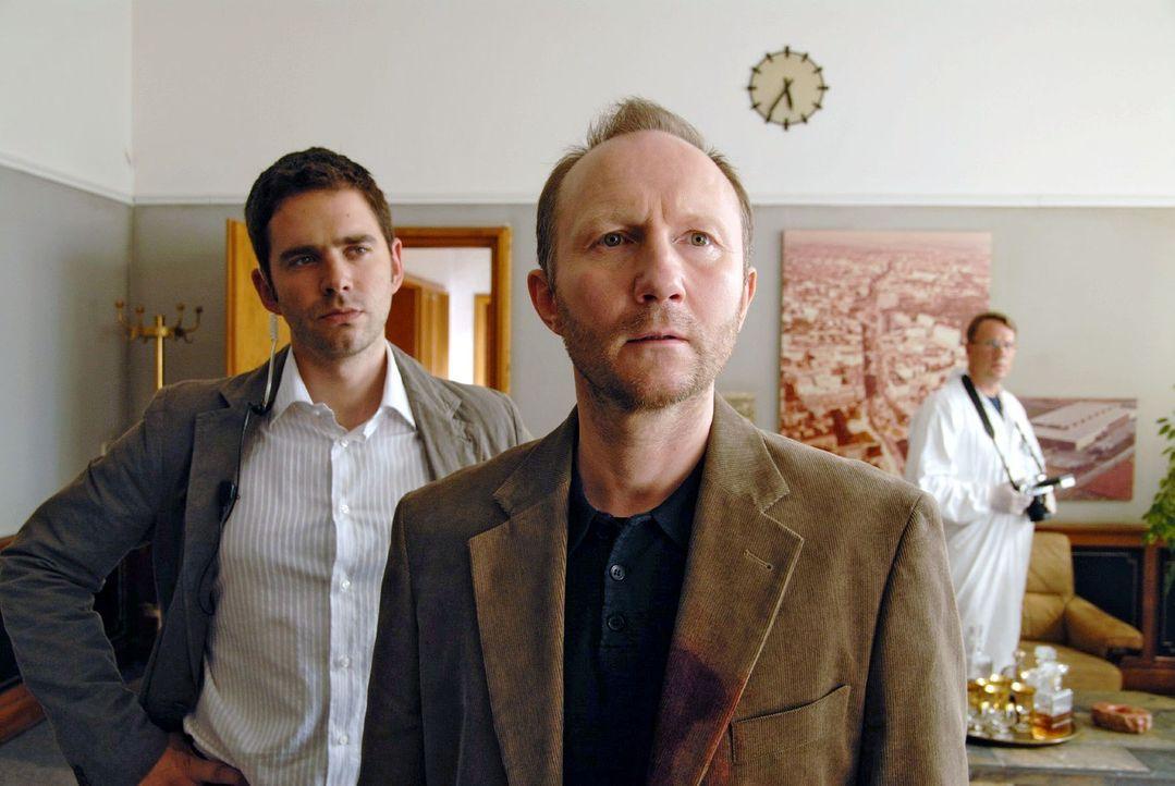 Birger (Oliver Boysen, l.) wird klar, dass auch Dr. Mohl (Alexander Hauff, r.) das nächste Opfer sein könnte ... - Bildquelle: Hardy Spitz Sat.1