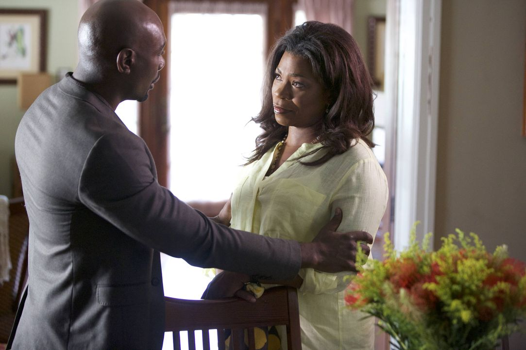 Während Donna (Lorraine Toussaint, r.) über ein Dating-Portal Verabredungen trifft, muss sich Rosewood (Morris Chestnut, l.) damit abfinden, dass Vi... - Bildquelle: 2015-2016 Fox and its related entities.  All rights reserved.