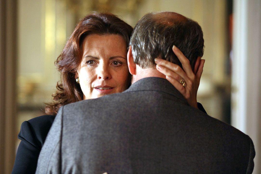 Elisabeth (Ulli Maier, l.) hat endlich den Mut gefunden, ihren Mann Peter zu verlassen. Mit Georg Attenberg (Miguel Herz-Kestranek, r.) hofft sie ei... - Bildquelle: Petro Domenigg Sat.1