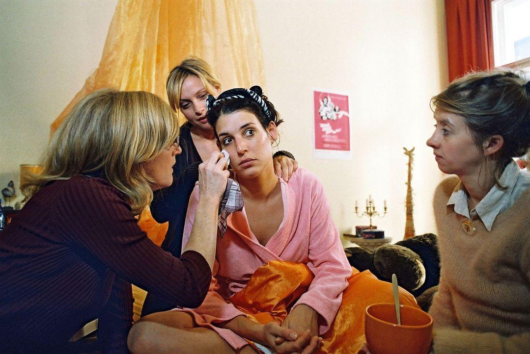 Annabelle (Elena Uhlig, 2.v.r.) findet nach ihrem blamablen Auftritt in der Sauna Trost bei ihren Freundinnen Gudrun (Nina Petri, l.), Linda (Cather... - Bildquelle: Gordon Mühle Sat.1