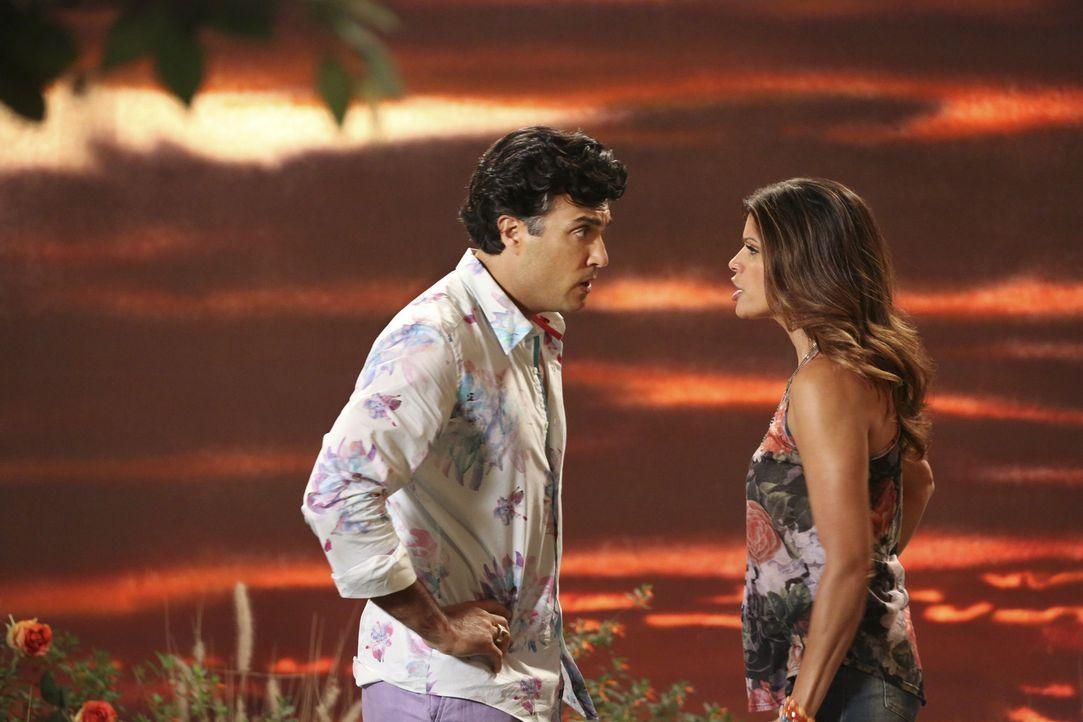 Rogelio (Jaime Camil, l.) möchte endlich seine Tochter Jane kennenlernen, doch Xiomara (Andrea Navedo, r.) ist noch nicht bereit dafür ... - Bildquelle: 2014 The CW Network, LLC. All rights reserved.