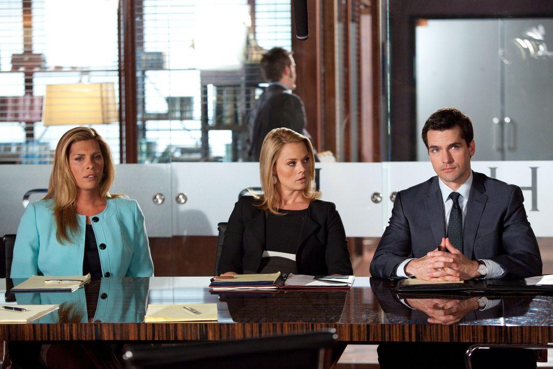 Kim (Kate Levering, M.) und Grayson (Jackson Hurst, r.) vertreten eine Transgender-Frau (Candis Cayne, l.), die sich mit ihren Schwiegereltern um da... - Bildquelle: 2009 Sony Pictures Television Inc. All Rights Reserved.