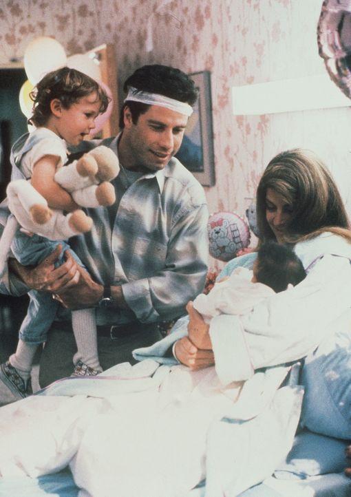 Der altkluge Sprößling von Mollie (Kirstie Alley, r.) und James (John Travolta, 2.v.l.), Mikey (Lorner Sussman, l.), hat Konkurrenz bekommen: Die... - Bildquelle: TriStar Pictures