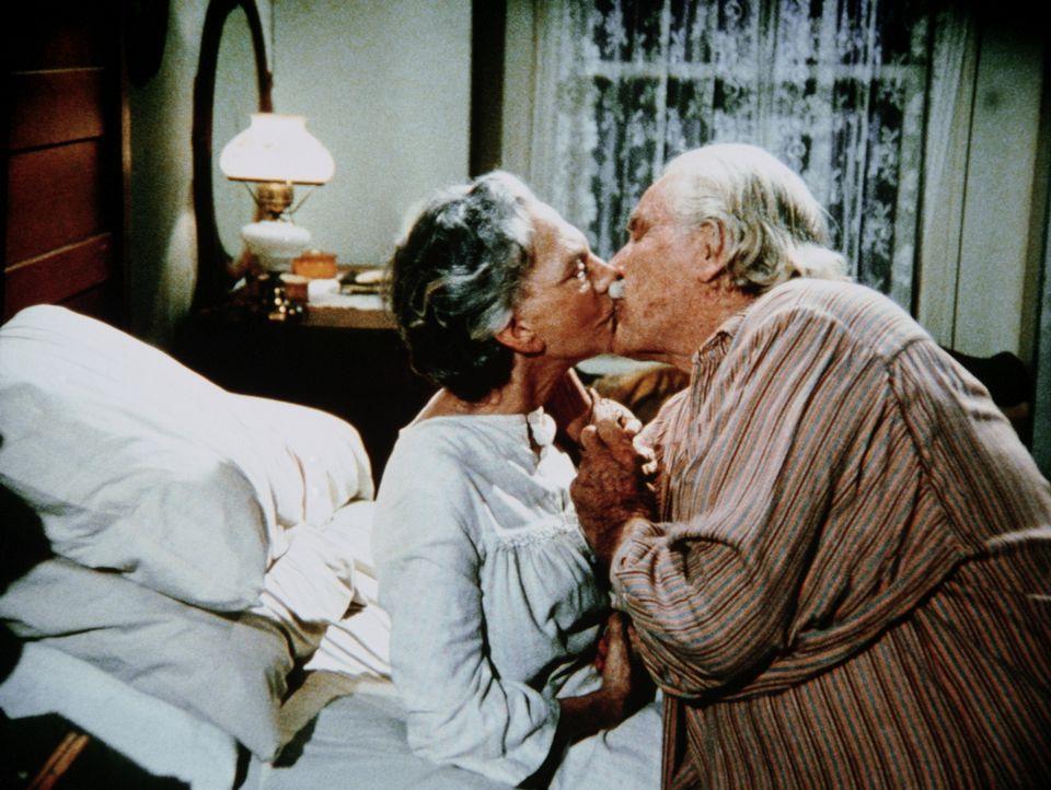 Sam (Will Geer, r.) und Ester (Ellen Corby, l.) sind überglücklich, dass sie endlich wieder zusammen sein können. - Bildquelle: WARNER BROS. INTERNATIONAL TELEVISION