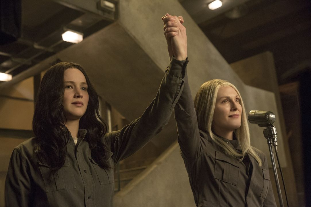 Katniss (Jennifer Lawrence, l.) kommt der Bitte der mysteriösen Präsidentin Coins (Julianne Moore, r.), sich für den Aufstand der Distrikte stark zu... - Bildquelle: Murray Close TM &   2014 Lions Gate Entertainment Inc. All rights reserved.
