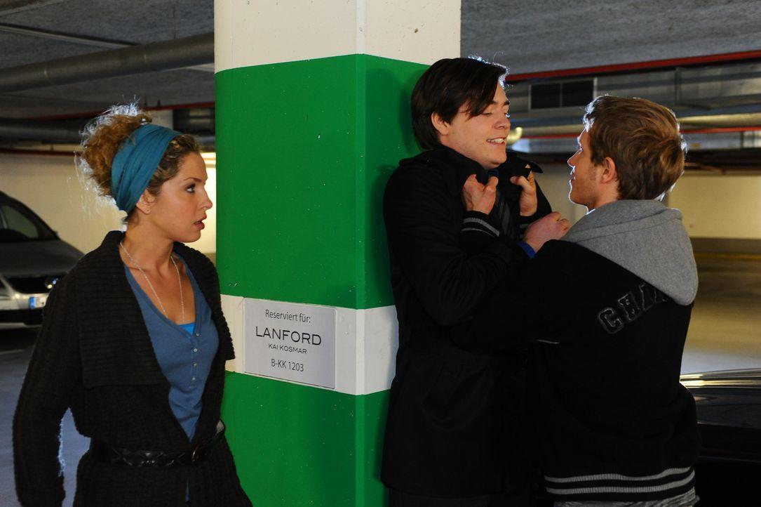 Kais (Frederic Böhle, M.) Zudringlichkeiten machen Nina (Maria Wedig, l.) weiter zu schaffen. Carla verspricht ihr zwar, sich um Kai zu kümmern, v... - Bildquelle: SAT.1