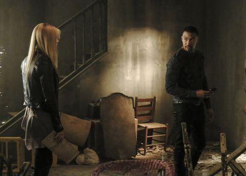Rebekah (Claire Holt, l.) und Marcel (Charles Michael Davis, r.) machen sich...