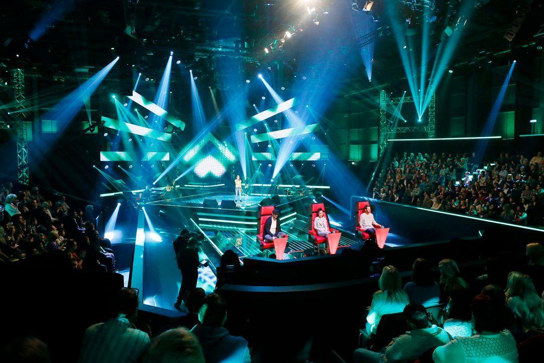 """In den """"Blind Auditions"""" präsentieren sich junge Sängerinnen und Sänger den Coaches, Mark Forster (vorne l.), Lena Meyer-Landrut (vorne M.) und Joha... - Bildquelle: Richard Hübner SAT.1"""