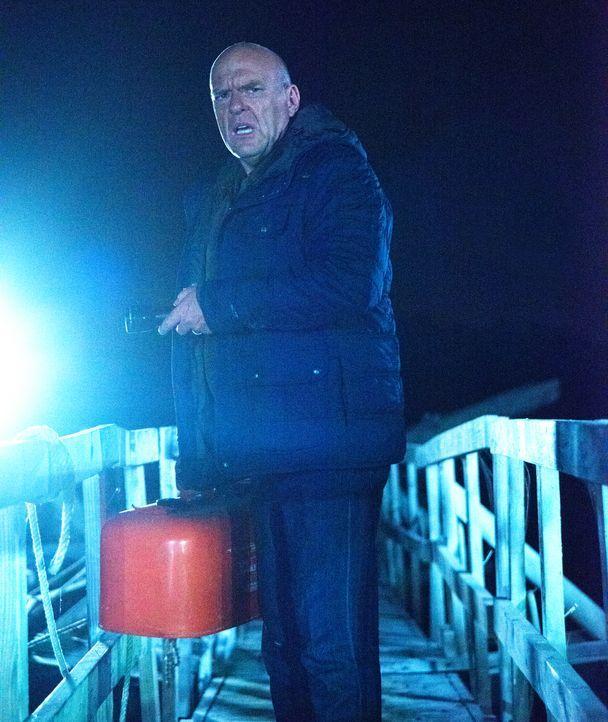 Als wäre die Eiseskälte nicht schon genug, muss sich Big Jim (Dean Norris) schließlich auch noch mit einer sich zusammenziehenden Kuppel beschäftige... - Bildquelle: 2014 CBS Broadcasting Inc. All Rights Reserved.