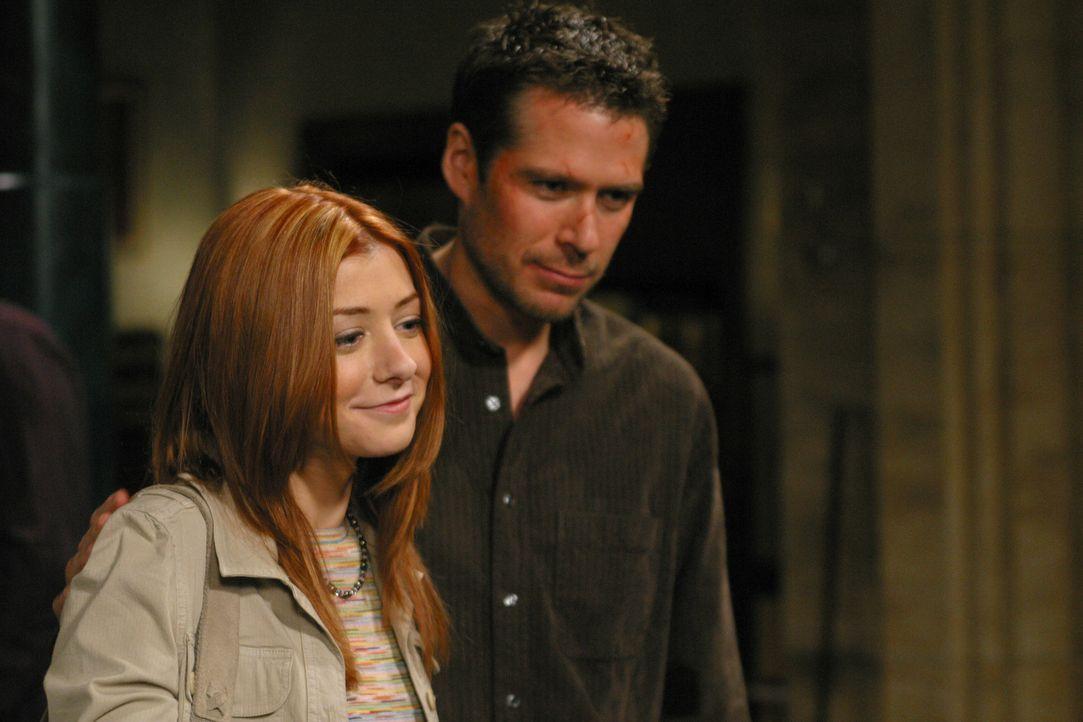 Wesley (Alexis Denisof, r.) und Willow (Alyson Hannigan, l.) wollen Angel helfen, seine Seele endlich wieder zu bekommen ... - Bildquelle: The WB Television Network