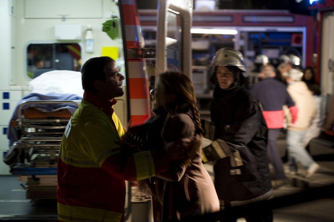 Beim Einsturz der Eishalle wird ein Mädchen schwer verletzt. Es handelt sich dabei um die Tochter von Milena (Loretta Stern, M.), Andreas ehemals be... - Bildquelle: SAT.1