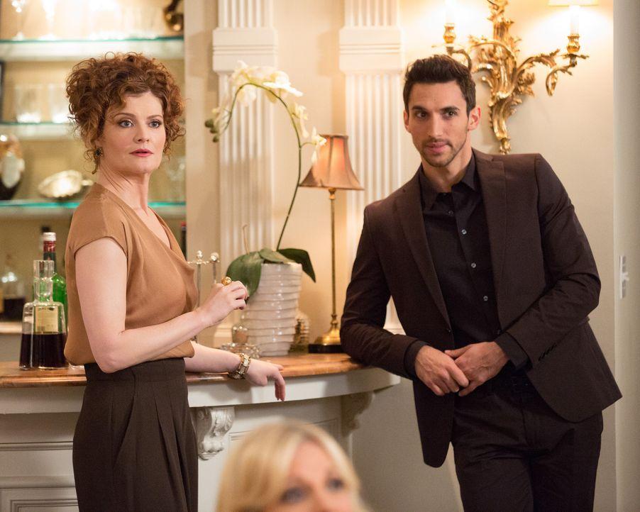 Tony (Dominic Adams, r.) weckt einige Fantasien bei Evelyn (Rebecca Wisocky, l.) ... - Bildquelle: 2014 ABC Studios