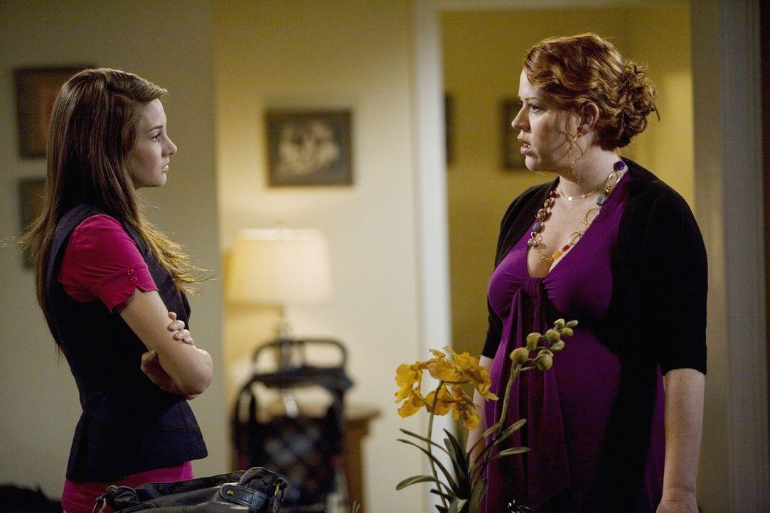 Amy (Shailene Woodley, l.) glaubt nicht, dass sie Ben mit dem Baby allein lassen kann. Ihre Mutter Anne (Molly Ringwald, r.) rät ihr, ihm mehr zuzu... - Bildquelle: 2009 DISNEY ENTERPRISES, INC. All rights reserved. NO ARCHIVING. NO RESALE.