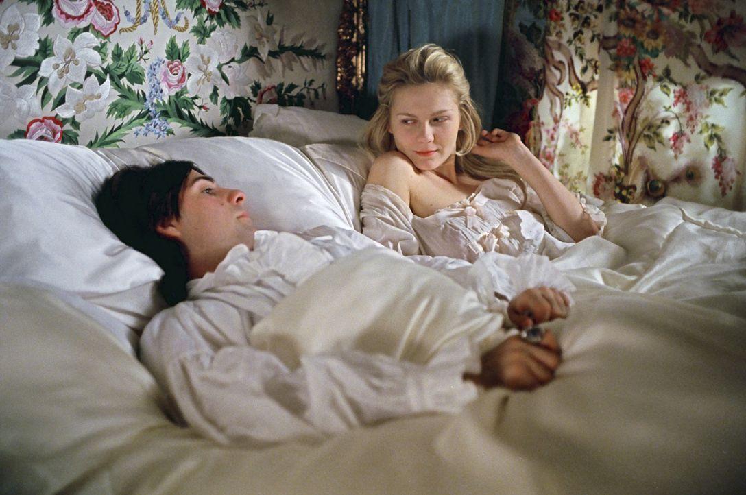 Seine ehelichen Pflichten vernachlässigt Louis XVI (Jason Schwartzman, l.) eher. Doch Marie-Antoinette (Kirsten Dunst, r.) wird nicht nur von ihrer... - Bildquelle: 2006 I Want Candy, LLC. All Rights Reserved.