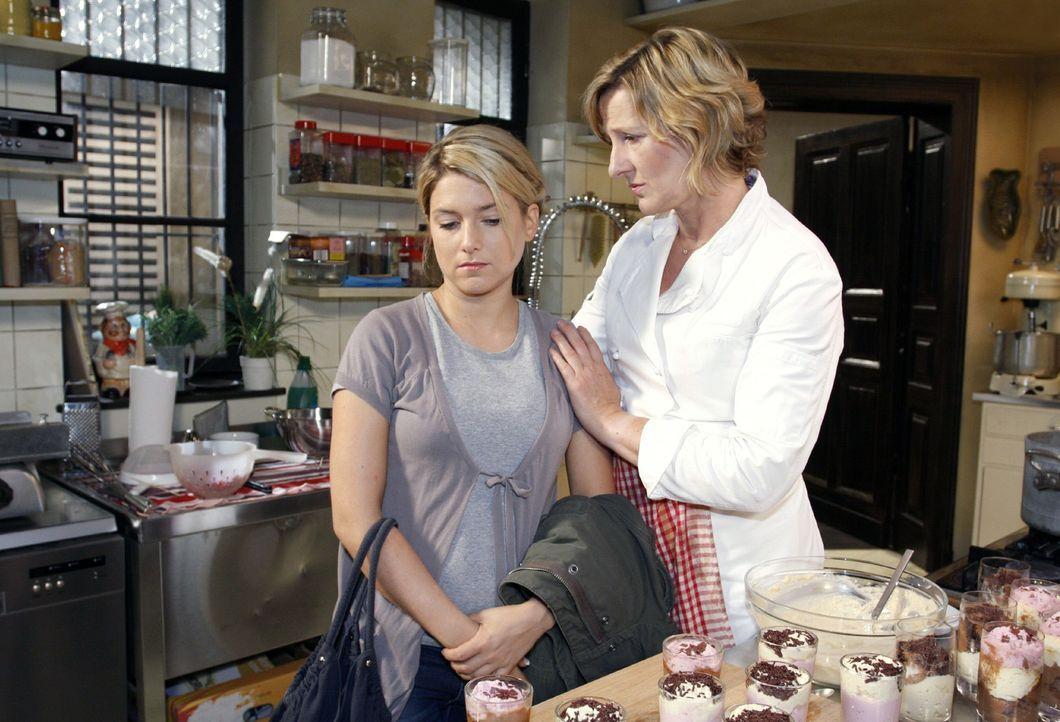 Susanne (Heike Jonca, r.) versucht ihre Tochter Anna (Jeanette Biedermann, l.) zu trösten, nachdem ihr bei Broda & Broda gekündigt wurde. - Bildquelle: Noreen Flynn Sat.1